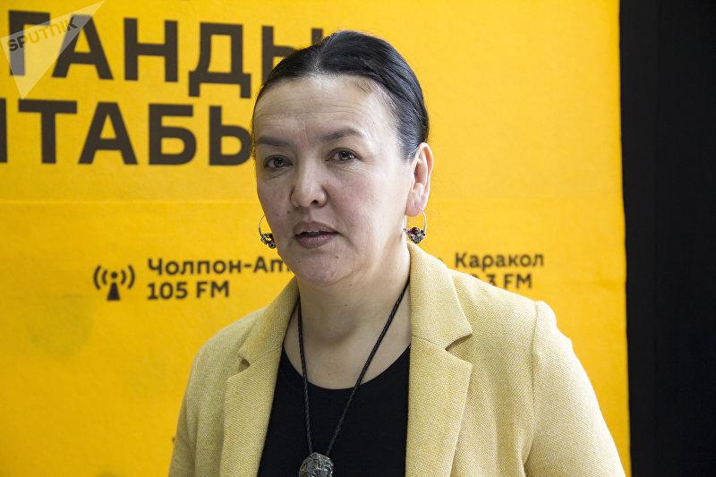 Дизайнер, художник Гульжан Иреш во время интервью на радиостудии Sputnik Кыргызстан