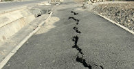 В Бишкеке тротуар проваливается под землю — видео