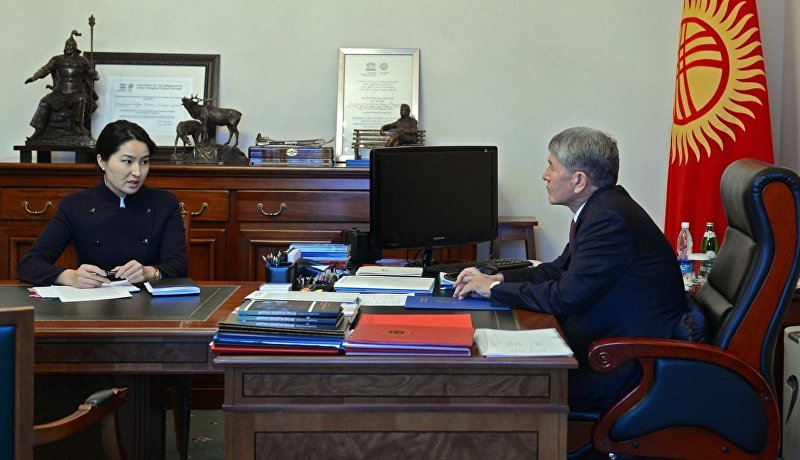 Президент Алмазбек Атамбаев в ходе встречи с генеральным прокурором Индирой Джолдубаевой