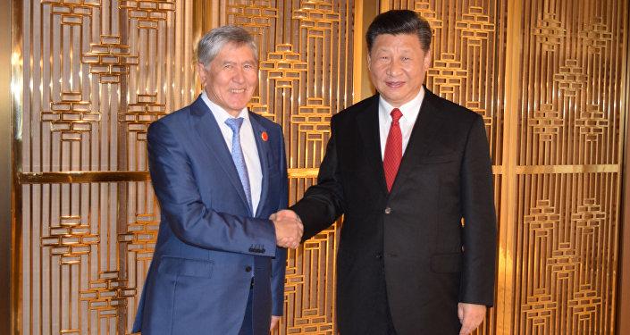 Экс-президент Кыргызстана Алмазбек Атамбаев на встрече с председателем Китая Си Цзиньпином в Пекине