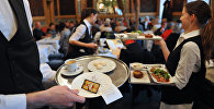 Официанты разносят еду. Архивное фото