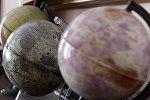 Глобусы в астрономической обсерватории. Архивное фот