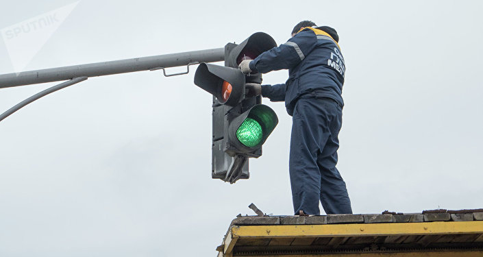 Ремонт светофора на одной из улиц города Бишкека. Архивное фото