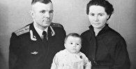 Герой Советского Союза, летчик-космонавт СССР Юрий Гагарин с женой Валентиной и дочерью Еленой. Репродукция фотографии.