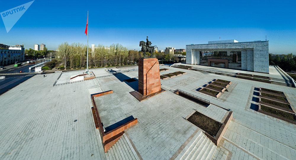 Памятник Манасу и исторический музей на площади Ала-Тоо в Бишкеке