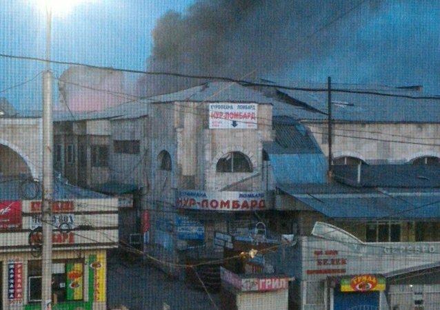 На месте крупного пожара на территории Ошского рынка в Бишкеке