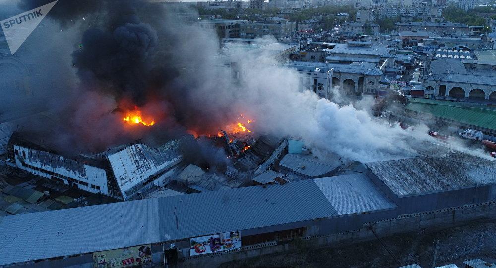 Вид с высоты на крупный пожар на территории Ошского рынка в Бишкеке