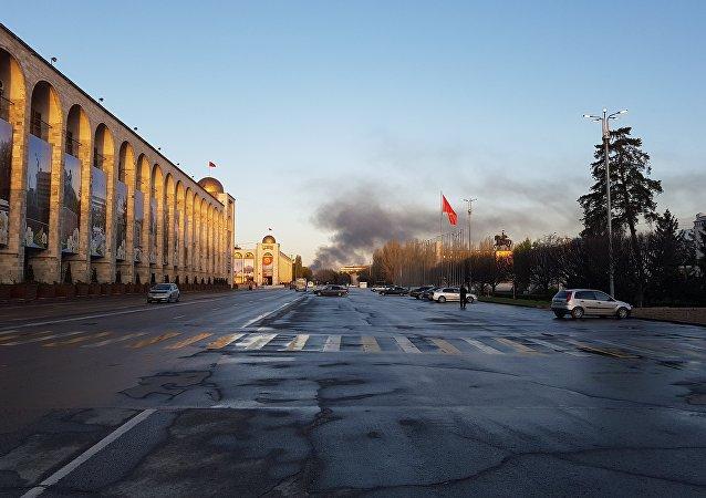 Вид с площади Ала-Тоо на крупный пожар на территории Ошского рынка в Бишкеке