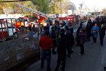 Автомобили противопожарной службы МЧС на месте крупного пожара на территории Ошского рынка в Бишкеке