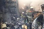 Сотрудники МЧС на месте пожара на территории Ошского рынка в Бишкеке. Архивное фото