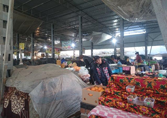 Расположенный совсем рядом продуктовый рынок работает в обычном режиме.