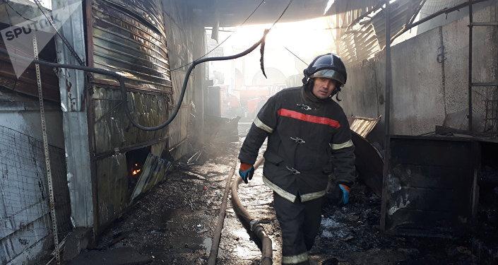 Сотрудники МЧС на месте пожара на территории Ошского рынка в Бишкеке