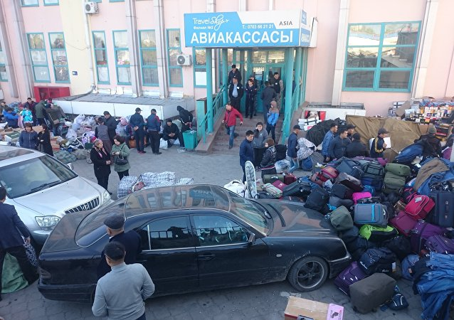 Продавцы на месте пожара на территории Ошского рынка в Бишкеке