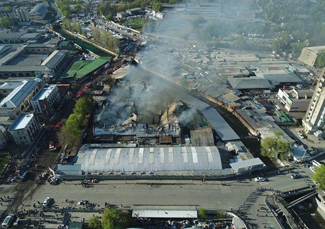 Крупный пожар на территории Ошского рынка в Бишкеке вид с дрона /
