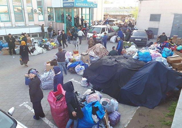 Продавцы охраняют свои товары во время пожара на территории Ошского рынка в Бишкеке