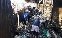 Продавцы вывозят свои товары во время пожара на территории Ошского рынка в Бишкеке. Архивное фото