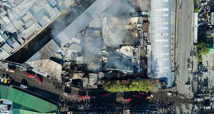 Вид с высоты на последствия крупного пожара на территории Ошского рынка в Бишкеке