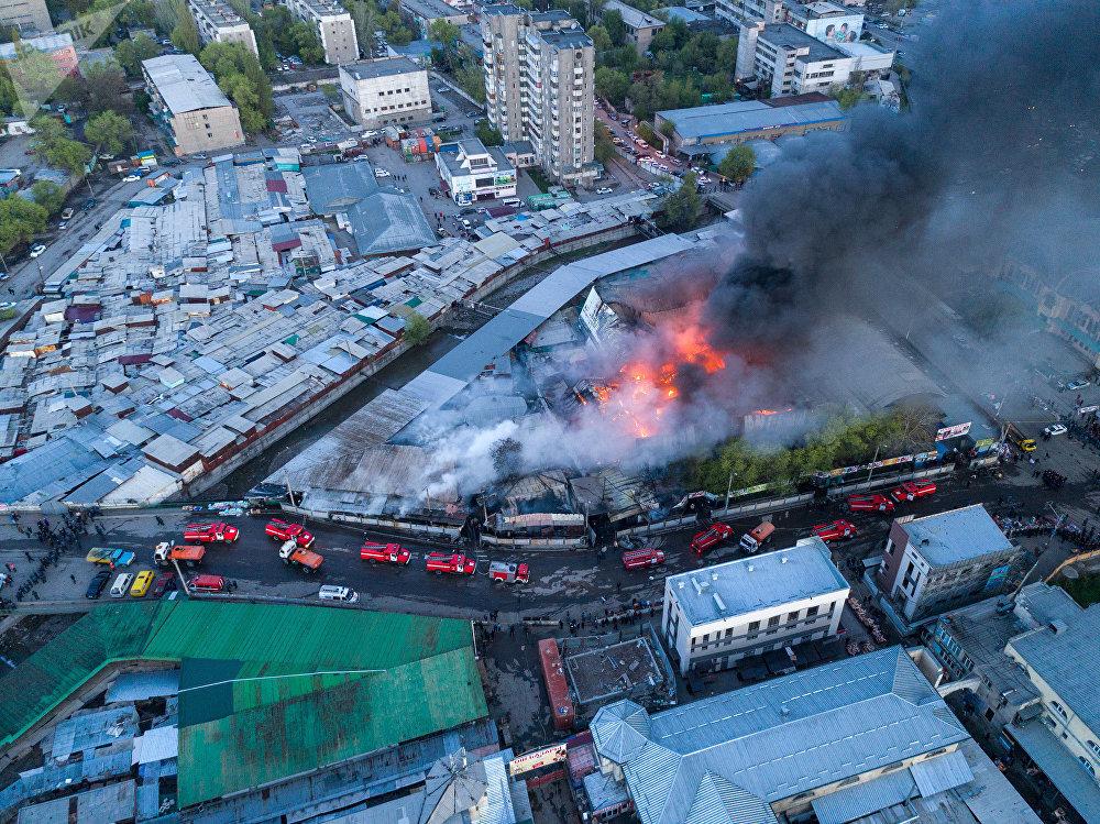 В ночь на 13 апреля на Ошском рынке вспыхнул крупный пожар