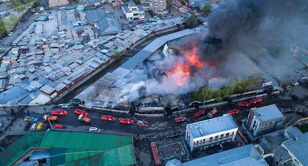 Крупный пожар на территории Ошского рынка в Бишкеке. Архивное фото