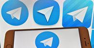 Логотип мессенджера Telegram на экранах смартфона и компьютера. Архивное фото