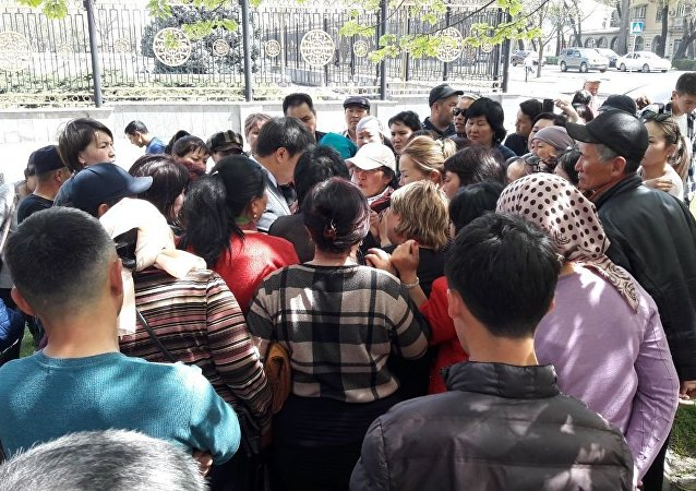 Потерпевшие при крупном пожаре на Ошском рынке на митинге у Белого Дома в Бишкеке