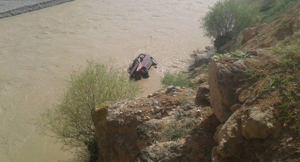 В Сузакском районе Джалал-Абадской области легковой автомобиль Wolksvagen Golf сорвался в реку Кара-Дарыя, погибли три человека