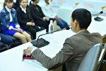 В пресс-центре Sputnik Кыргызстан прошла встреча бишкекских школьников с молодым бизнесменом Алмазом Суйунбековым