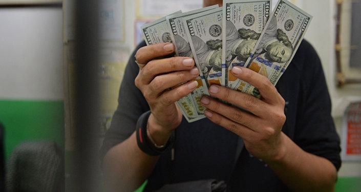 АКШ долларларын кармап турган бала. Архив