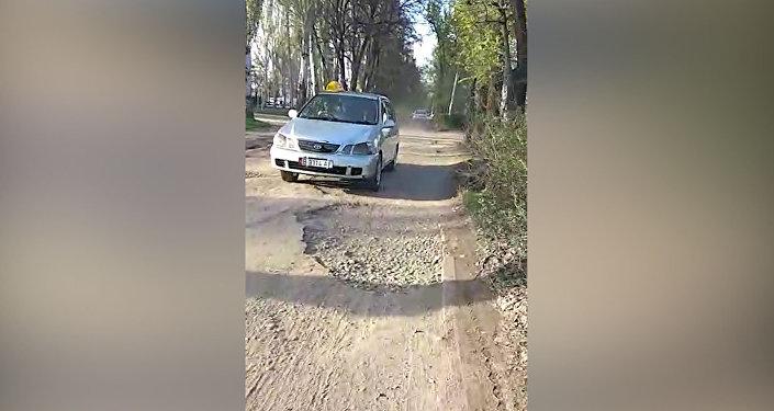 В Бишкеке машины ездят по тротуарам, объезжая ремонтируемые дороги, — видео