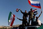 Военнослужащие Сирии с флагами России и Ирана протестуют против воздушных ударов военными США, Великобритании и Франции. 14 апреля 2018