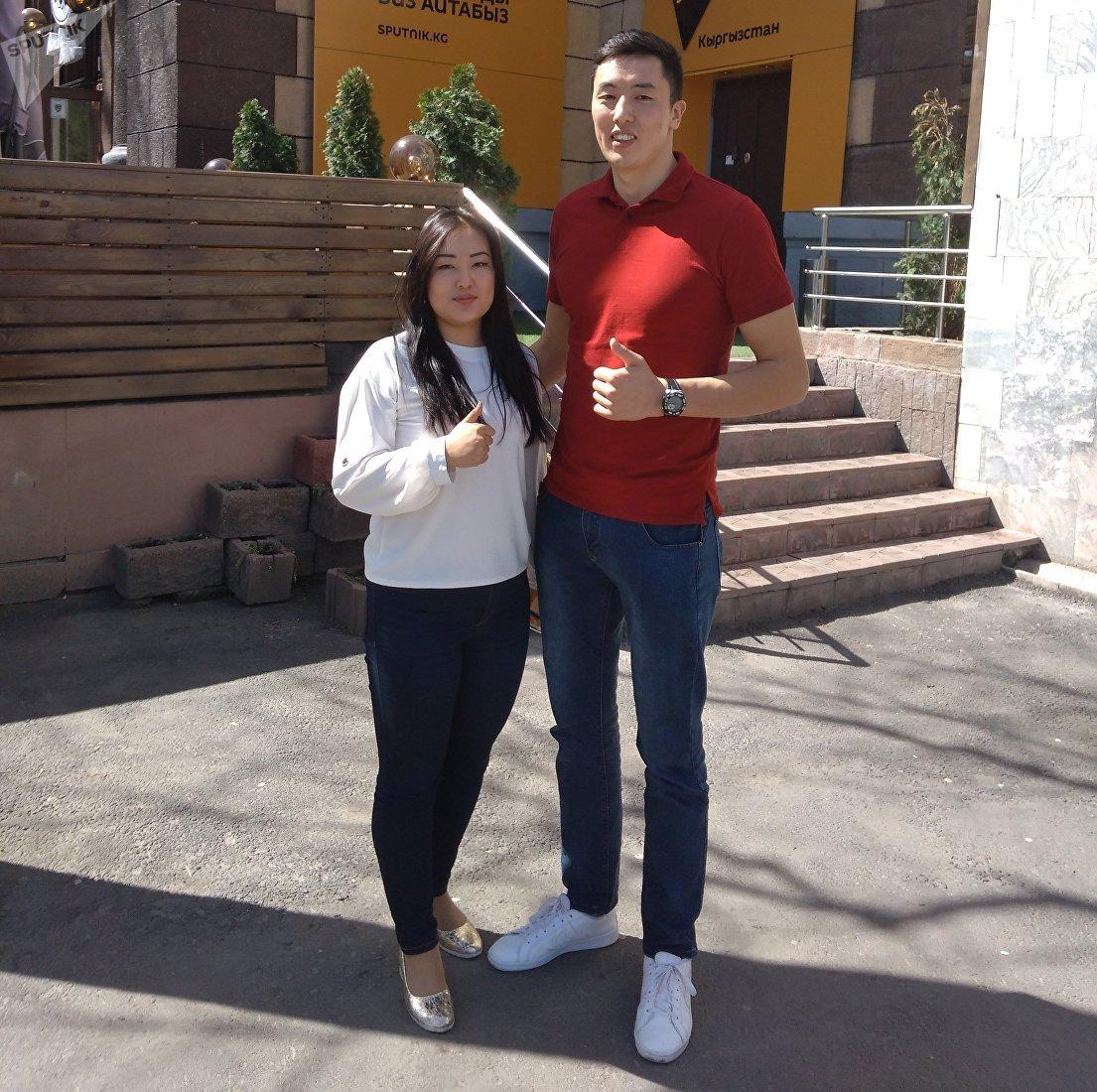 Капитан сборной команды Кыргызстана по волейболу, игрок Таиландской команды Эйр Форс Онолбек Каныбек уулу и журналист Гульдана Талантбекова