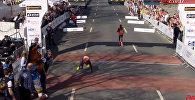 Вот это сила воли! У бегуна отказали ноги и он дополз до финиша — видео