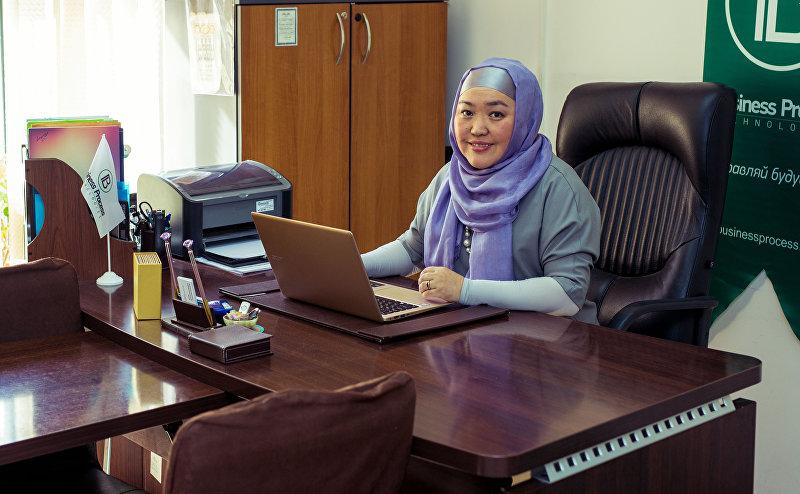 Директор медицинского центра в Бишкеке Айнура Адамалиева в кабинете