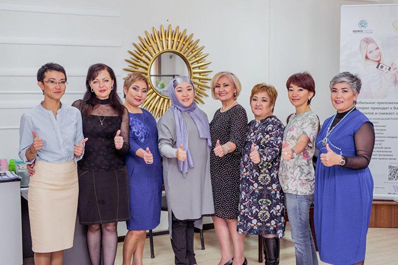 Директор медицинского центра в Бишкеке Айнура Адамалиева в кабинете (четвертая слева)