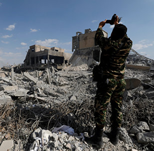 Сирийский военнослужащий снимает на видео разрушения в Дамаске после воздушных ударов США