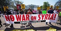 Демонстранты на акции протеста против воздушных ударов по Сирии военными США, Великобритании и Франции у здания Белого дома в Вашингтоне. 14 апреля 2018 года