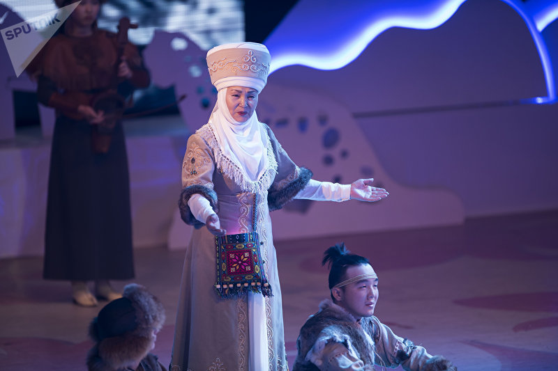 Актриса Тынара Абдразаева во время выступления на президентской елке в Национальной филармонии имени Токтогула Сатылганова