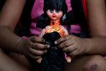 Ребенок с куклой. Архивное фото