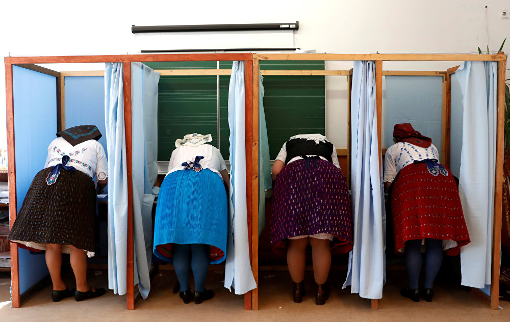Венгриядагы парламенттик шайлоодо добуш берип жаткан айымдар