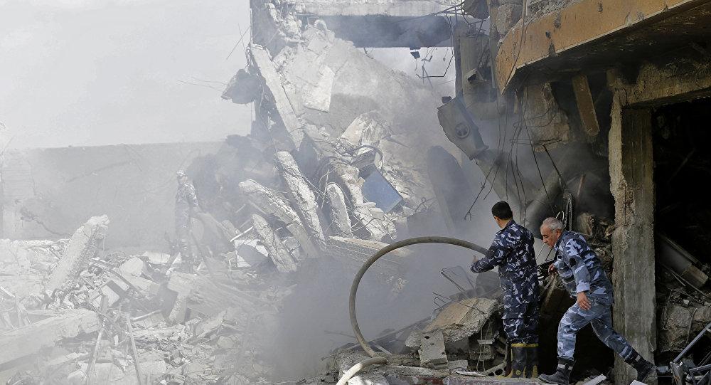 Сирийские солдаты на месте разрушенного научно-исследовательского центра в Барзе, Сирия. 14 апреля 2018