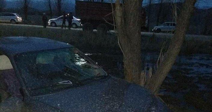 Происшествие случилось примерно в 20:00 часов в воскресенье неподалеку от села Ак-Жар