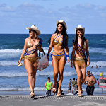 Австралиядагы Голд-Кост шаарындагы Surfers Paradise аттуу пляждагы акы төлөнүүчү унаа токтотуу жайларын инспекторлор текшерип жатат