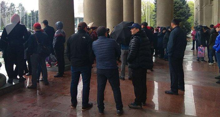 Митинг торговцев, чей товар сгорел при последнем пожаре на Ошском рынке у здания правительства в Бишкеке