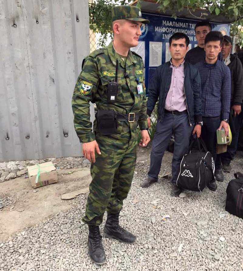 На кыргызско-узбекском участке границы в пункте пропуска Достук-автодорожный пограничные наряды несут службу с видеорегистраторами, закрепленными на груди