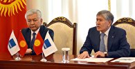 Экс-президент, председатель Социал-демократической партии Кыргызстана Алмазбек Атамбаев и лидер фракции СДПК Иса Омуркулов. Архивное фото