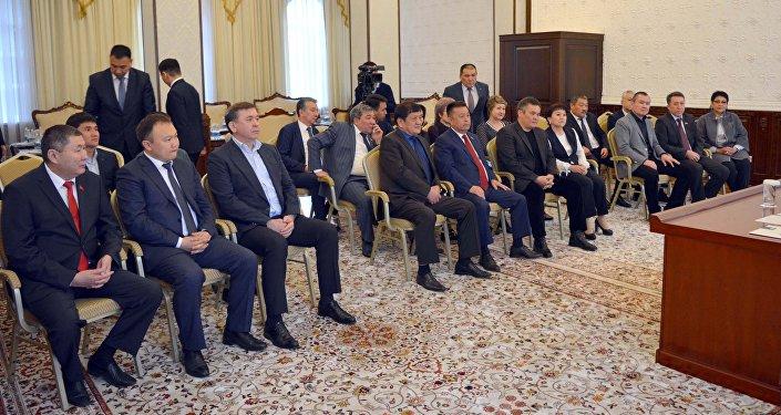 Встреча председателя СДПК Алмазбека Атамбаева с депутатами ЖК