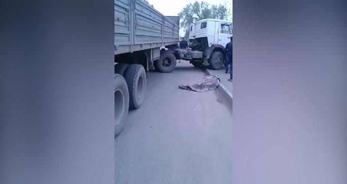 ДТП с КамАЗом, сбившем насмерть двух женщин — появилось видео с места аварии