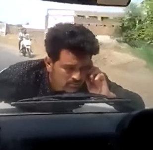 Митингующий запрыгнул на капот авто чиновника и проехал 4 километра. Видео