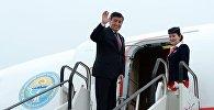 Президент Кыргызстана Сооронбай Жээнбеков у трапа самолета. Архивное фото