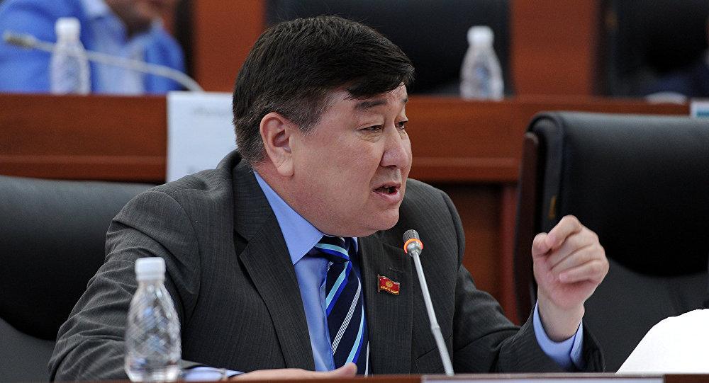 Депутат ЖК 6 созыва Умбеталы Кыдыралиев  во время отчета правительства перед парламентской оппозицией